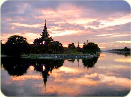 Buddistischer Tempel im Wasserspiegel